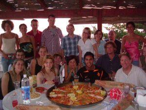 Voici quelques élèves typiques de notre école durant une activité dégustation de paella...