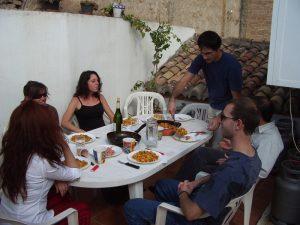 Repas convivial entre colocataires sur la terrasse d'un des appartements de l'école