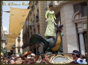 Le mannequin annonçant la prochaine mode défilant sur son dragon
