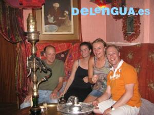 Quelques élèves de l'école d'espagnol Delengua profitant d'un des salons de thé de l'Albaicin