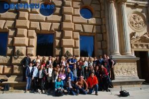 Le groupe scolaire de Oegstgeest, Pais-Bas, devant le palais de Charles V