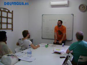 Fran donne un cours spécifique d'espagnol commercial