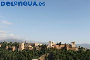 Tu peux aussi joindre l'utile à l'agréable en visitant les merveilles de Grenade : Ici l'Alhambra
